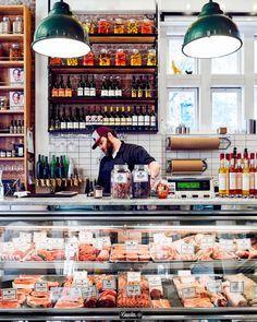 How to Live Like an Italian italian butcher shop meat display Meat Restaurant, Restaurant Design, Carnicerias Ideas, Deli Shop, Meat Store, Italian Deli, Meat Platter, Meat Markets, Farm Store