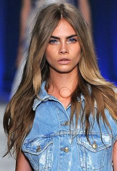 Hair and makeup: Cara Delevingne Cara Delevingne Haar, Hair Inspo, Hair Inspiration, Bronde Balayage, Miranda Kerr, Up Girl, Gorgeous Hair, Amazing Hair, Hair Dos