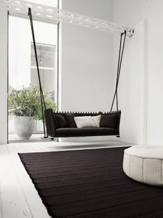 Sofa Colgando Idea, suelo y paredes en blanco toques oscuros