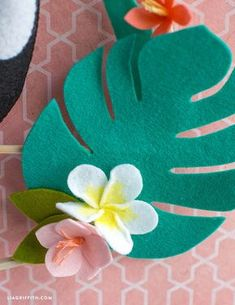 with this fabulous DIY felt toucan wall hanging. It is wonderful for adding a.with this fabulous DIY felt toucan wall hanging. It is wonderful for adding a. Easy Felt Crafts, Felt Diy, Cute Crafts, Easter Crafts, Felt Flowers, Fabric Flowers, Diy Flowers, Toucan Craft, Felt Crafts Patterns