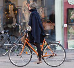 https://flic.kr/p/bAu9CM | Copenhagen Bikehaven by Mellbin - Bike Cycle Bicycle - 2012 - 4335 | Capes are elegant, flexible and very bikable.