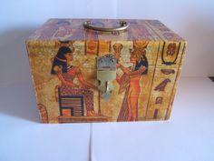 Caja de madera decorada con motivos egipcios