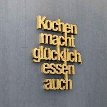 """Holzschrift """"Kochen macht glücklich essen auch"""" by NOGALLERY"""