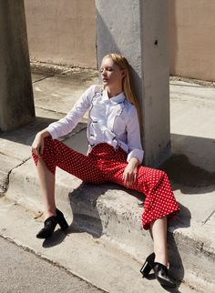 Thoughtfully designed womenswear brand founded by Simonett Pereira. Fashion Details, Love Fashion, Fashion Beauty, Womens Fashion, Fashion Trends, Bell Sleeve Blouse, Beauty Trends, Cropped Pants, Editorial Fashion