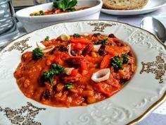 Dvoubarevný fazolový mix s klobásou, rajčaty a paprikami Gazpacho, Chorizo, Curry, Ethnic Recipes, Food, Red Peppers, Curries, Essen, Meals