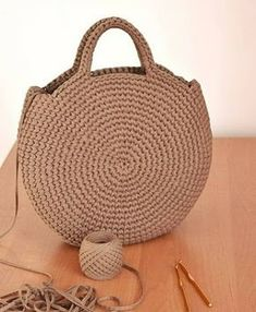 Crochet or crochet round woven bag.-Bolsa tejida en redondo en ganchillo o crochet. Crochet or crochet round woven bag. Crochet Diy, Love Crochet, Crochet Ideas, Simple Crochet, Chunky Crochet, Crochet Round, Crochet Gifts, Crochet Handbags, Crochet Purses