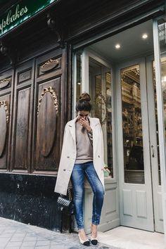 Street style//off-white coat x beige sweaterx blue denim skinny jeans x chanel heels x chanel bag. Chanel Heels, Chanel Slingbacks, Mode Style, Style Me, Spring Summer Fashion, Autumn Winter Fashion, Fall Winter, Off White Coat, Beige Coat