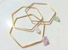 六角形に、いびつな天然石を合わせたブレスレットです。シンプルだけど、凛とした存在感あるデザイン。石に合わせた、きらりと光るラインストーン。手首にはめると、動く...|ハンドメイド、手作り、手仕事品の通販・販売・購入ならCreema。