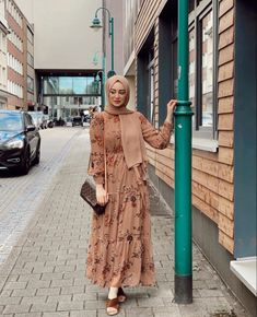 Modest And Classy Long Dresses That Will Make You Look Effortlessly Classy - image:@seymatje - Keep Reading To Get Some Great Inspirational Looks - Modern Street Style - Hijab Fashion Inspiration - Casual Modest Dress - Muslim Girls Inspiration Instagram - Hijabi Outfits Casual - Modest Fashion Muslimah - Modest Dresses - Hijab Fashion Summer - #longsleevedress #chichijab #casualdressesforsummer #hijab #muslimah #hijaboutfit