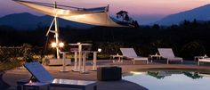 Lehnen Sie sich zurück, wir übernehmen. Hotels, Outdoor Furniture, Outdoor Decor, Sun Lounger, Inspiration, Home Decor, Condominium, Greek Islands, Modern Architecture
