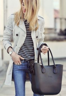 Love this outfit! The bag is beautiful!😍 I never knew how well stripes and a trench coat go together. Skinny jeans aren't my favorite thing to wear, but they look good in this outfit. Mode Outfits, Fall Outfits, Casual Outfits, Converse Outfits, Casual Bags, Fashion Mode, Look Fashion, Womens Fashion, Trench Coat Outfit