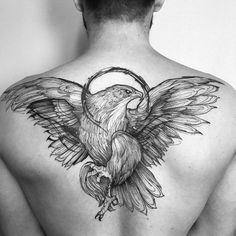 Tatuagem masculina de águia nas costas.