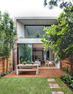 The Design Files - A House Revived From The Photo – Murray Fredericks. Modern Small House Design, Simple House Design, Küchen In U Form, Narrow House, Dream House Exterior, Simple House Exterior, The Design Files, House Extensions, Tropical Houses