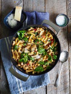 Pasta med bacon, kylling og spinat er en super lettvint middag som du lett kan lage på en halvtime. Oppskriften finner du her på Mat på bordet.