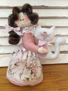 Boneca tipo pesinho, carrega um gatinho na mão! Confeccionada com tecidos 100% algodão, enchimento anti alérgico, cabelo sintético ou em lã e nas cores de sua preferência! Medida aproximada da boneca: 22cm