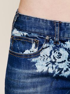 Floral printed ankle-length skinny jeans. 5-pocket style. Zipper and button fly closure. Stretchy fit.