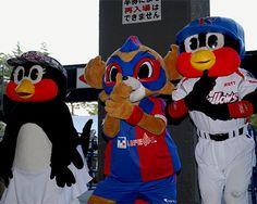[ J2:第22節 F東京 vs 熊本 ] 「FC東京と、東京ヤクルトスワローズで東京のスポーツを盛り上げよう!」。ヤクルトスワローズとのタイアップ企画を今年も開催。FC東京マスコット「東京ドロンパ」と、東京ヤクルトスワローズ公式マスコット「つばみ」と「燕太郎」がコンコースでファン、サポーターを盛り上げた。  2011年7月24日(日):国立競技場