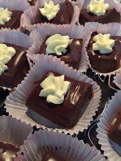 Σοκολατάκια με καραμέλα, σοκολάτα, και βουτυροκρεμα… Τόσο σοκολατένια όσο δεν πέρνει… Εύκολο, με το κέικ που μας έμεινε……