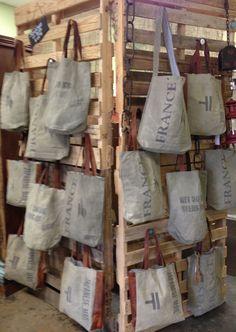 Updated the Retail Pallet Handbag Display Added h Updated the Retail Pallet Handbag Display Added h wortgeflecht Fenja fenjaby Ahoi Updated the Retail Pallet Handbag Display Added hinges nbsp hellip Market Stall Display, Market Displays, Store Displays, Pallet Display, Handbag Display, Craft Fair Displays, Craft Booths, Display Ideas, Decoration Vitrine