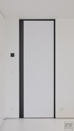 Kamerhoge binnendeur met zwarte omlijsting en een verticale handgreep.