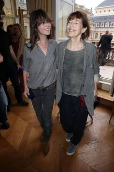 Jane Birkin et Charlotte Gainsbourg en 2013 dans un style complètement similaire. Charlotte Gainsbourg, Serge Gainsbourg, Gainsbourg Birkin, English Girls, French Girls, Style Jane Birkin, French Capsule Wardrobe, Look Jean, Francoise Hardy