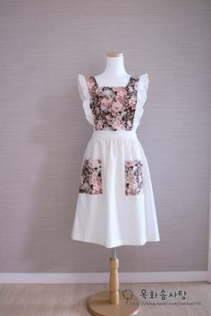 지난번 만든 로즈앞치마가 너무 예뻐서같은 원단으로주방장갑과 슬리퍼를 만들어봤어요. 장미무늬 원단이고... Sewing Blouses, Sewing Aprons, Dress Sewing Patterns, Clothing Patterns, Maid Dress, Dress Up, Apron Pattern Free, Sewing To Sell, Cute Aprons