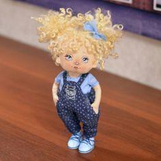 Текстильная малышка. Рост 25 см. Одежда и ботиночки снимаются. Стоит и сидит самостоятельно. Волосы кудри овечки Сделана с любовью 😙… Hello Dolly, Blythe Dolls, Mini, Art Dolls, Harajuku, Handmade Dolls, Crafts, Clothes, Illustration