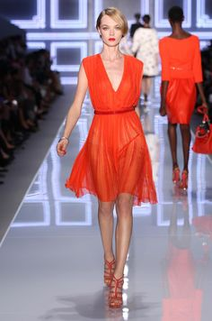 Dior Prêt-à-Porter SS2012, Silouhette N°17  Robe plissée en mousseline de soie avec incrustations de dentelle et ceinture brodée de carreaux en pâte de verre.