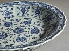 A FINE BLUE AND WHITE BARBED RIM 'FLORAL SCROLL' DISH. MING DYNASTY, YONGLE PERIOD