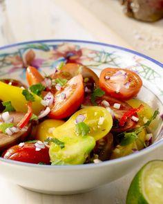 Serveer een heerlijk gebakken entrecôte eens op een originele manier, met een pittige Mexicaanse salsa en gebakken aardappeltjes erbij.