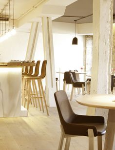 Across the river from La Ribera market in Bilbao, Koila chairs, Kuskoa stools and Triku tables welcome Mina restaurant's guests with warmth and elegance.