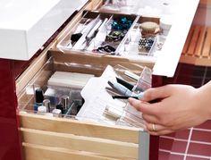 IKEA Österreich, Schubladenorganisation fürs Badezimmer, u. a. mit transparentem GODMORGON Kasten mit Fächern, transparentem GODMORGON Kasten mit Deckel, tra...