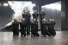 seventeen behind the scenes of MV Fear Woozi, Jeonghan, Pledis Seventeen, Cute Love Wallpapers, Seventeen Album, Hip Hop, Won Woo, Big Group, G Friend