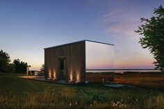 They're meant to be hotel accommodations, but judging by the design and quality of Ood Mirrored Prefab Rooms, they'd make fine getaways as well. The exterior is split between wood panel cladding and mirrored glazing, which provides spectacular views from...