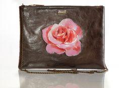 Clutch Bag Wild Rose - Bright BrownPT:A Clutch Bag Wild Rose, decorada com rosas selvagens pintadas à mão,foi desenhada para complementar o dia agitad