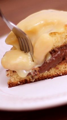 Esse bolo com recheio de bombom e cobertura de chocolate branco é irresistível!