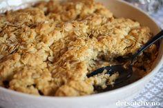 Deilig hverdagskake med epler, kanel, brunt sukker og havregryn. Serveres varm og nystekt!