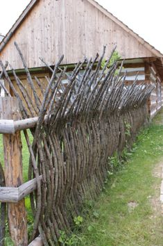 Backyard Fences, Backyard Landscaping, Fence Garden, Garden Art, Wattle Fence, Landscaping Ideas, Diy Fence, Garden Gates And Fencing, Yard Fencing