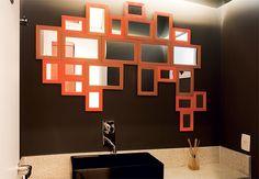 Reconhece os espelhinhos usados neste banheiro? Sim, são aquelas peças simples, encontradas em feiras e lojas populares. Os profissionais do Superlimão juntaram modelos de diferentes tamanhos e formaram um mosaico de espellhos  Maíra Acayaba / Casa e Jardim
