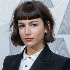 Many peoples are searching for Ursula Corbero Hairstyles or we can say Tokyo Money Heist Hairstyles. Bob Haircut With Bangs, Hairstyles With Bangs, Best Short Haircuts, Cool Haircuts, Short Curly Hair, Short Hair Cuts, Medium Hair Styles, Curly Hair Styles, Hair Inspiration