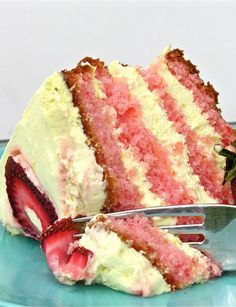 Strawberry Lemonade Layer Cake, so easy! Strawberry Lemonade Layer Cake, so easy! Strawberry Lemonade Layer Cake, so easy! Yummy Treats, Sweet Treats, Yummy Food, Delicious Recipes, Think Food, I Love Food, Crazy Food, Strawberry Lemonade Cake, Pink Lemonade