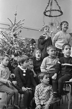 Kinderen vieren Kerst op school / Children celebrating Christmas at school