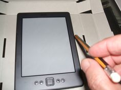 Instrucciones para realizar una funda para un dispositivo de lectura kindle, con fotografias del proceso paso a paso.