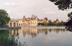 Explore the charming towns of the Loire Valley and seven of its most magnificent chateaux. Visit Versailles, Fontainebleau, Eiffel and the Seine in Paris. Day Trip From Paris, One Day Trip, Day Trips, Le Palace, Royal Palace, Ginny Weasley, Hermione Granger, Versailles, Cheverny