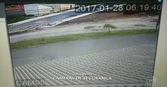 Vídeo mostra homem atropelando moto e chutando cabeça da ex-mulher