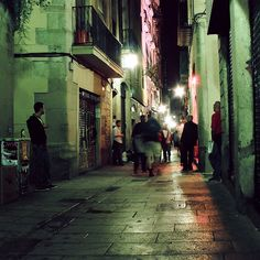 Walking in Barcelona Old City, by Peter Gutierrez, via Flickr