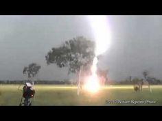 Imagem impressionante de um raio caindo perto de pessoas
