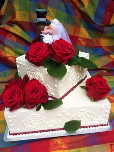 Tabler Hochzeits-Torte mit leckerer Vanillecreme und frischen Himbeeren und Schokoladencreme mit Schokostückchen. Mit echten Rosen dekoriert!