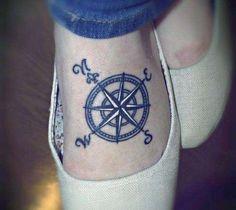 tatuaż kompas na stopie