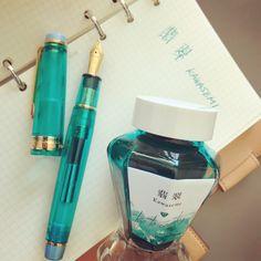 オリジナル万年筆ができました。 名前は翡翠(カワセミ)。静岡市の市鳥です。 インクも同時発売します。 価格はコンバーター付きで¥25.000(+税)インクも一緒にお買い上げの方は、インク込みで¥26.000(+税)です。正式発売はもう少し先になります。 字幅はF、MF、Mです。 とても綺麗な万年筆です。見るだけでも癒されるので、ぜひぜひご覧になってください。 #fountainpen#万年筆#文具館コバヤシ #文具館コバヤシオリジナルインク #文具館コバヤシオリジナル万年筆#翡翠#カワセミ